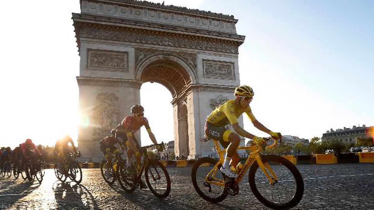 Colombia's Egan Bernal wearing the overall leader's yellow jersey, center, rides past the Arc de Triomphe on the Champs-Elysees during the twenty-first stage of the Tour de France cycling race over 128 kilometers (79.53miles) with start in Rambouillet and finish in Paris, France, Sunday, July 28, 2019. (AP Photo/Thibault Camus)