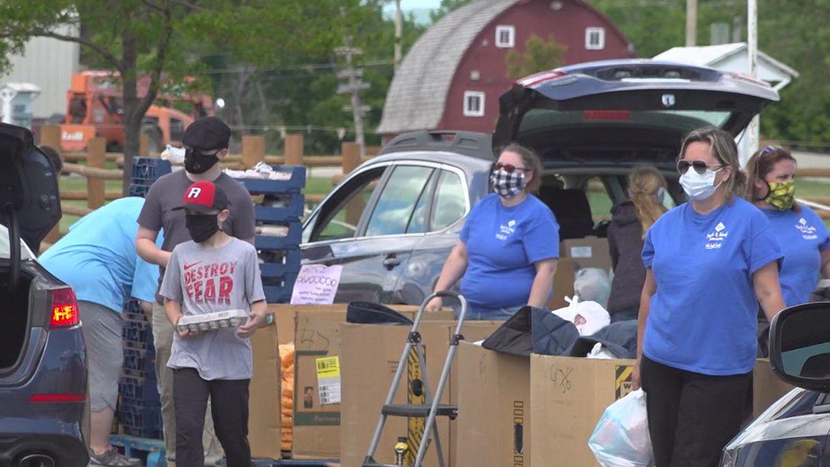 Volunteers are putting food boxes in cars. (KOTA)